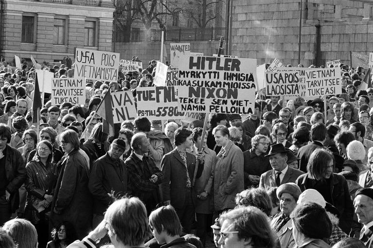 197005 . Vietnamin sodan vastainen mielenosoitus Senaatintorilla.